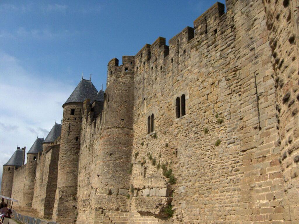 Gamle murer og runde tårn i Carcassonne