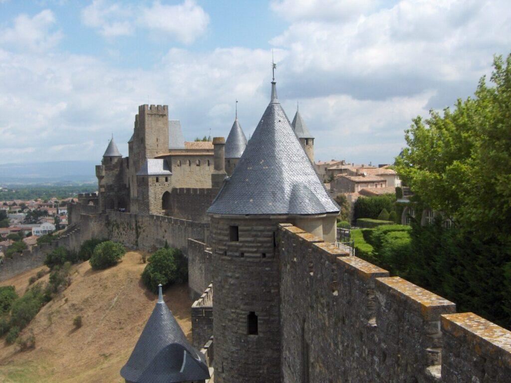 Ytre mur og utsikt over omkringliggende slettelandskap rund Carcassonne