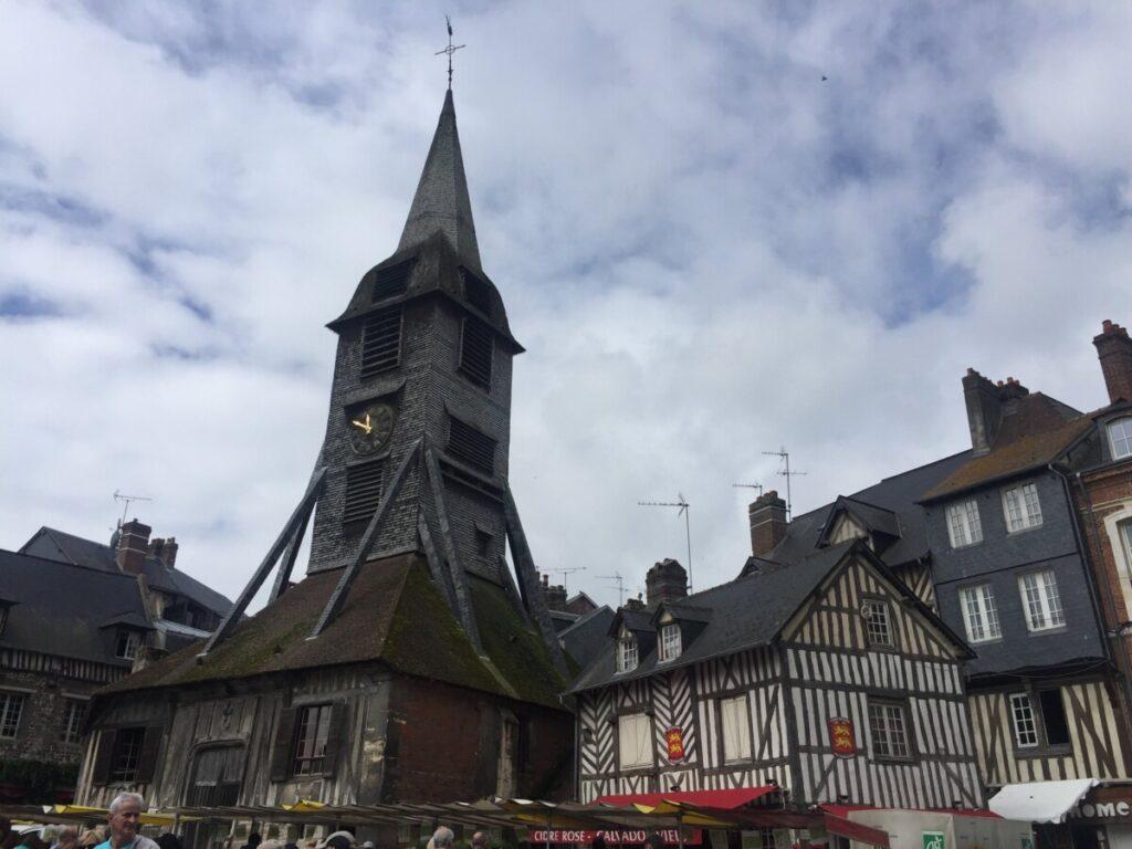 Klokketårnet utenfor eglise Saint Catherine i Honfleur står et stykke vekk fra kirken