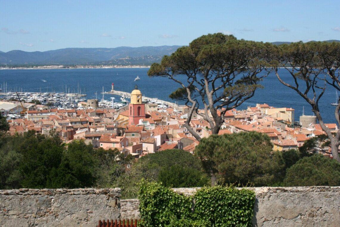 Utsikt over Saint-Tropez og Sainte-Maxime på andre siden av bukta