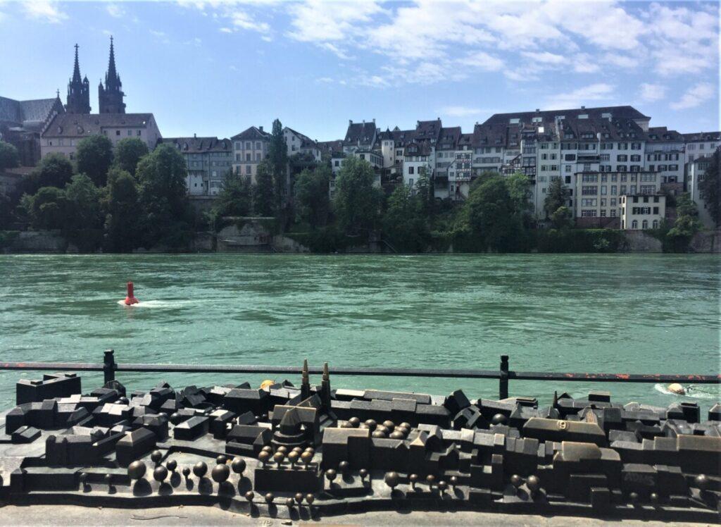 Rhinen renner gjennom Basel