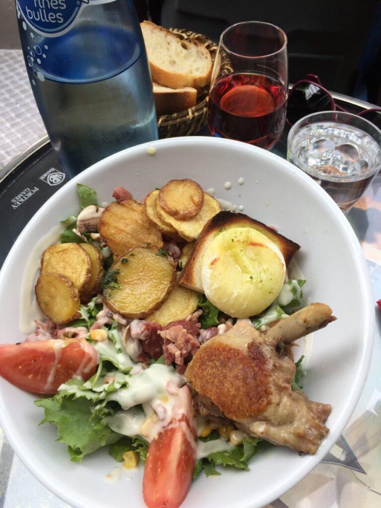 Salade Landaise på O Beret Basque utenfor Gare du Nord i Paris
