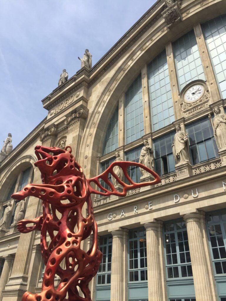 When pigs fly utenfor Gare du Nord i Paris