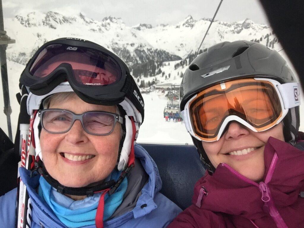 Mamma og jeg koser oss i stolheisen i Ischgl