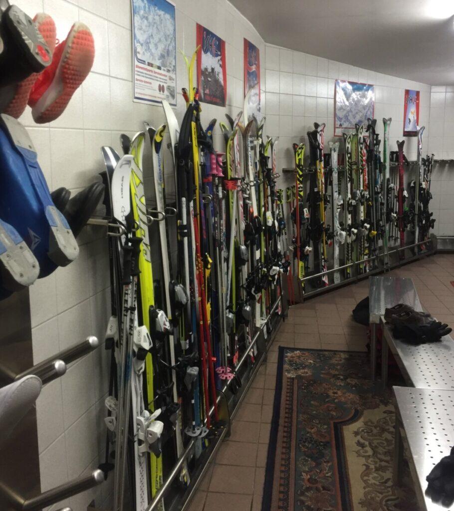 Skiparkering og støvletørker på hotel Sonne i Ischgl