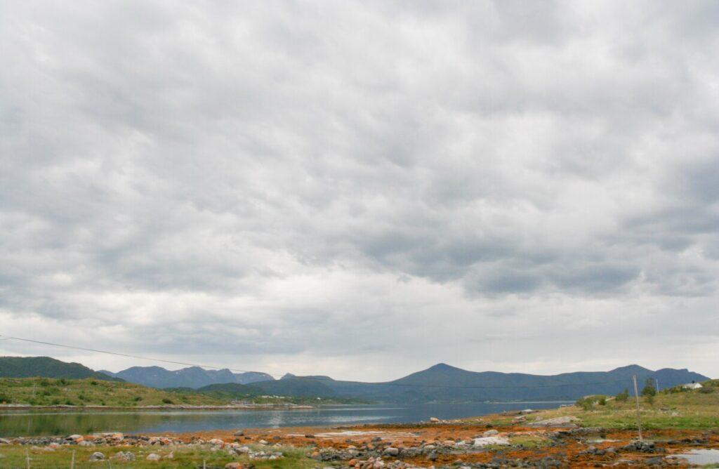 Kysten med fjord og fjell