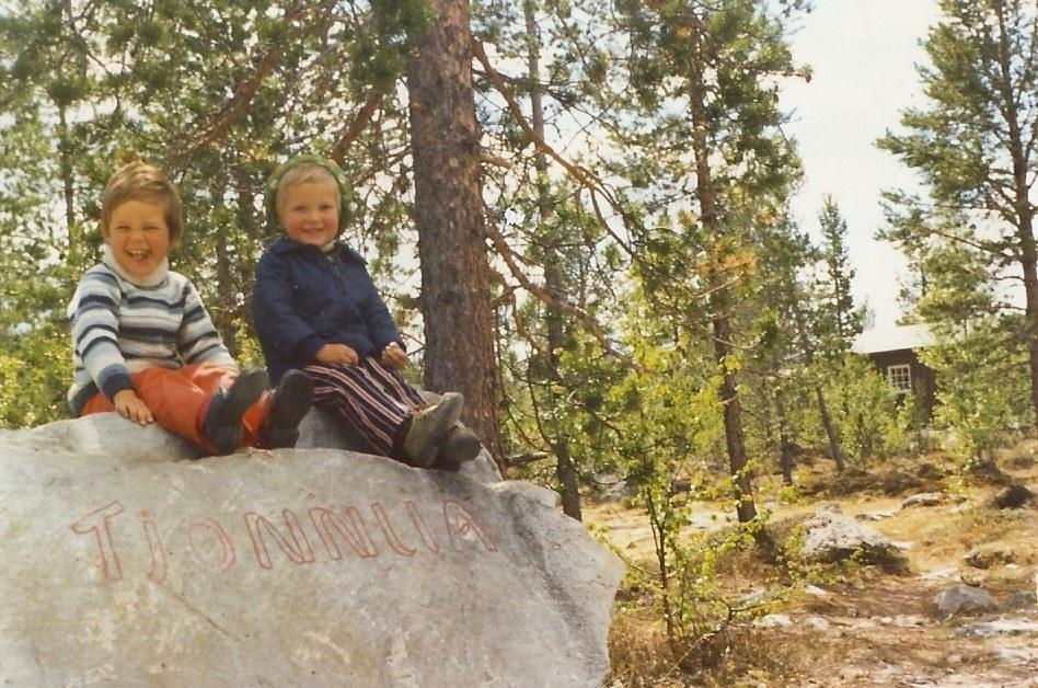 Catrine og Per Anders på Tjønnlia-steinen 1976