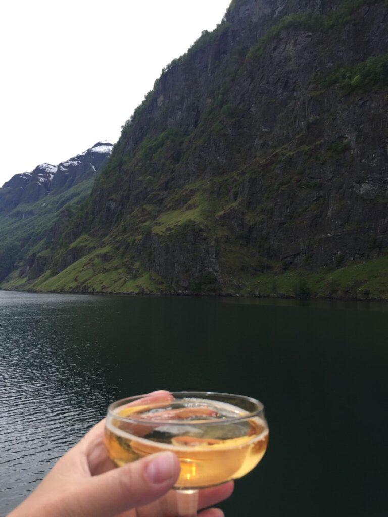 Champagne-skål på Aurlandsfjorden