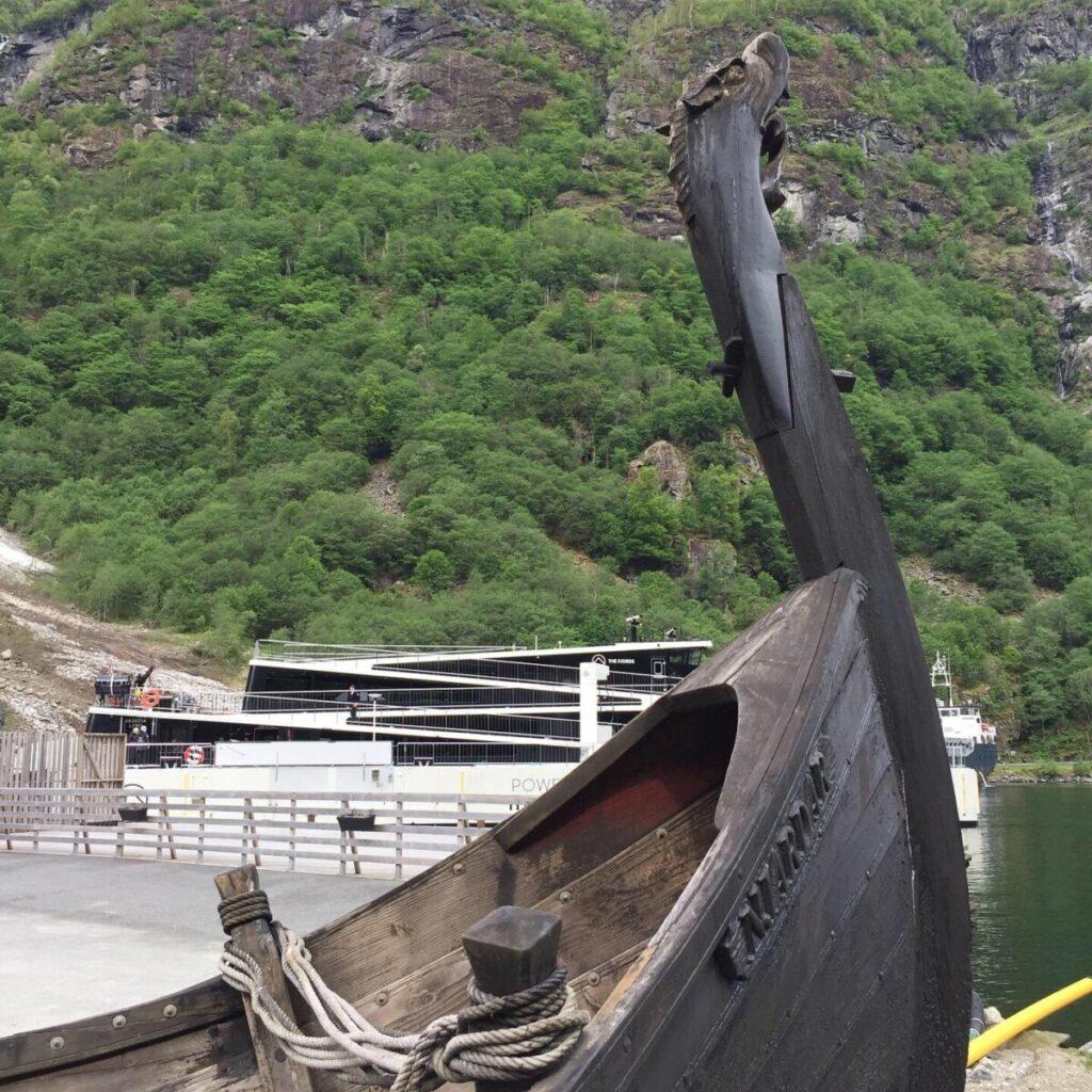Vikingskip og moderne el-ferge i Gudvangen