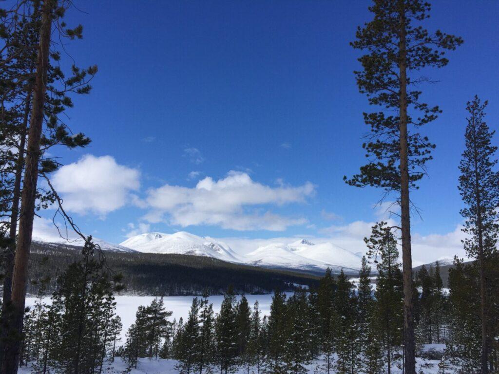 Atnasjøen på vinteren med Rondane i bakgrunnen