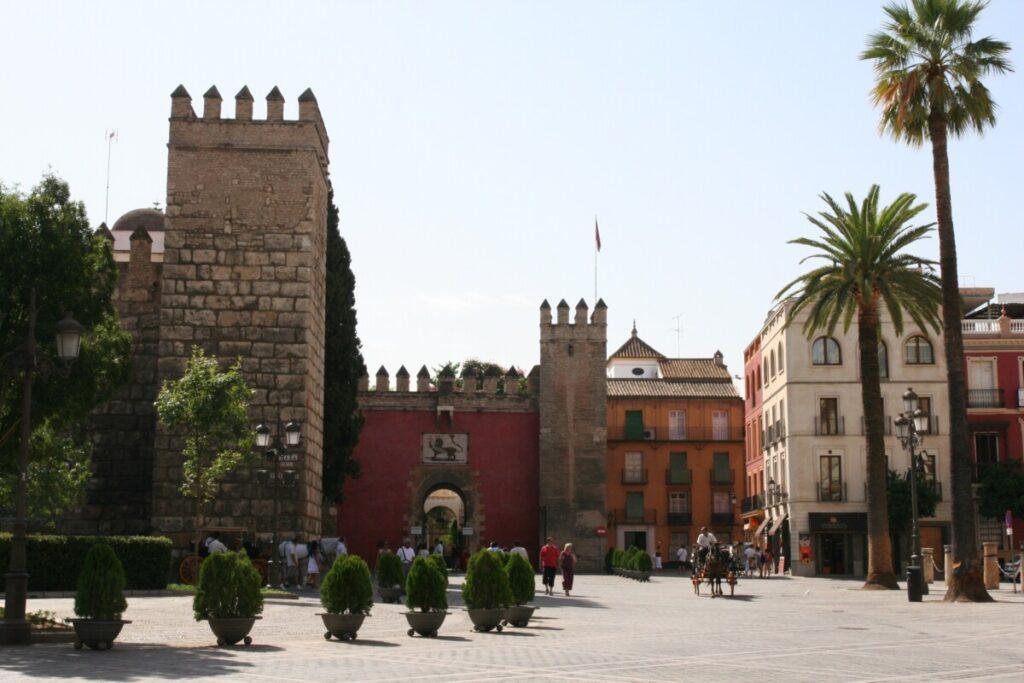 Løveporten og inngangen til Alcazar i Sevilla