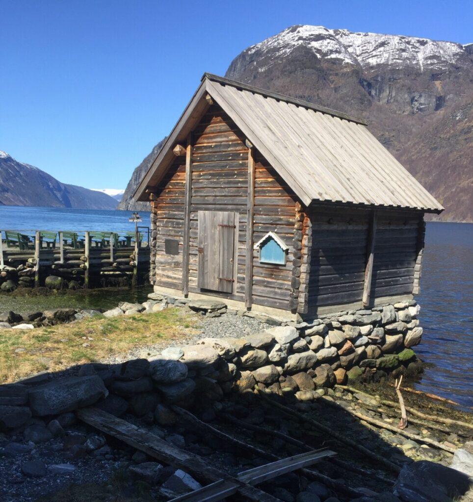 Undredal er en sjarmerende bygd ved fjorden.