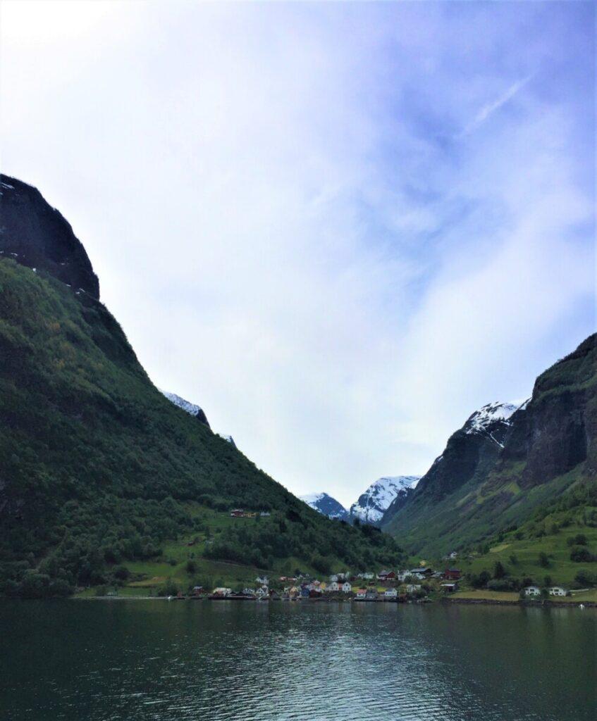 Undredal sett fra ferga på Nærøyfjorden
