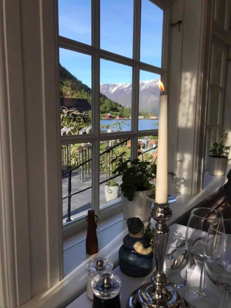 Middagsbordet med utsikt mot fjorden